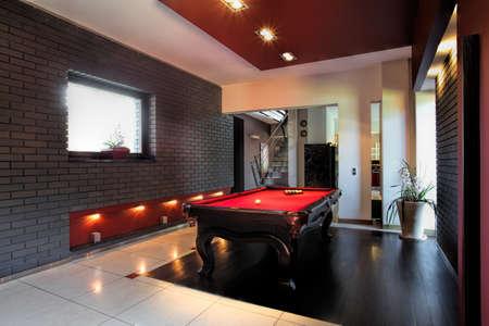 Eigentijds interieur, woonkamer met een snookertafel