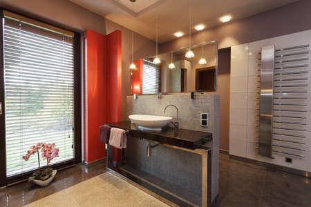 Entwickelt Badezimmer Mit Einem Weißen Keramik-Waschbecken ...