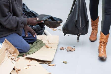 limosna: Persona sin hogar que pide limosna a la gente en la calle Foto de archivo