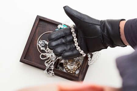 強盗は高価な宝石を盗む