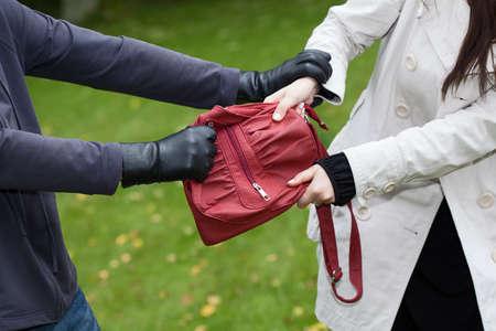pick money: Ladr�n est� atacando a una chica para robar un bolso Foto de archivo