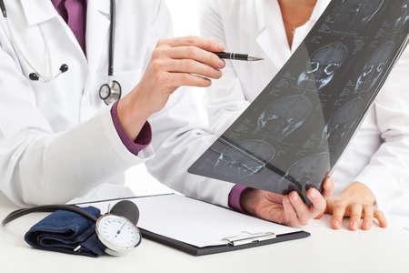 Los médicos analizar radiografía hacha del cerebro y hacer un diagnóstico Foto de archivo