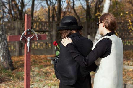 悲嘆の家族の損失に続いて 2 人の女性
