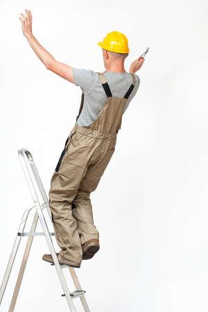 empleadas domesticas: Trabajador que cae de escalera mientras trabaja en altura Foto de archivo