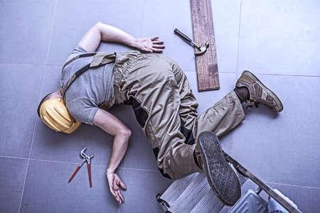 lesionado: Trabajador herido f�sica mientras se trabaja en altura Foto de archivo