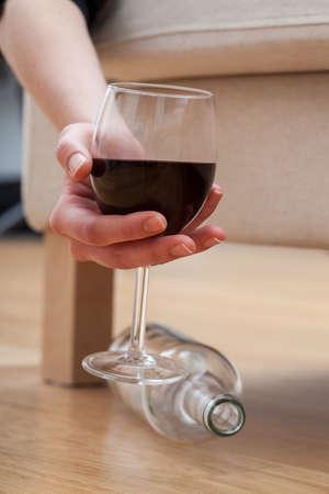 botellas vacias: Mujer borracha adicto al alcohol con un vaso de vino