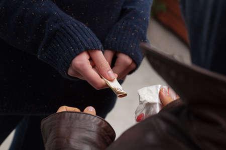 ecstasy: Traficante de tomar el dinero para la hero�na y el �xtasis Foto de archivo