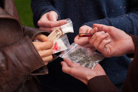 Drugsdealer verkopen pillen, marihuana en cocaïne Stockfoto