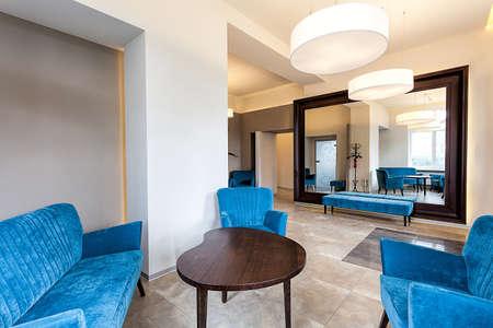modern interieur: Blauwe bank en fauteuils in een elegante, moderne interieur