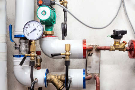 Sistema de calefacción y las tuberías con válvulas y contadores Foto de archivo - 23411958