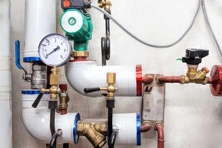 cerrar: Sistema de calefacción y las tuberías con válvulas y contadores