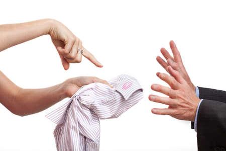 betray: Una mujer que espera explicaci�n de un l�piz labial en la camisa de su marido