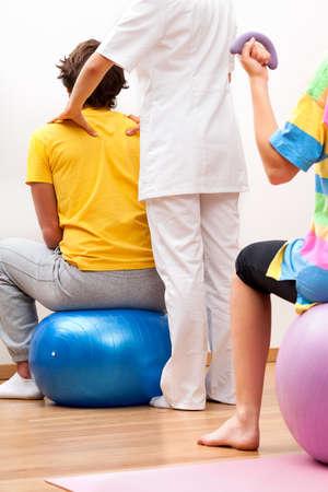terapia ocupacional: Fisioterapeuta assissting paciente de sexo masculino en los ejercicios f�sicos. Foto de archivo