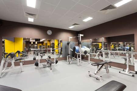 muskeltraining: Moderne Fitness-Studio mit einem speziellen epuipment, horizontal