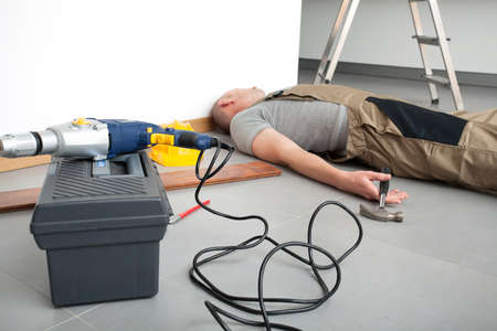 escaleras: Obrero después de accidente durante el trabajo doméstico
