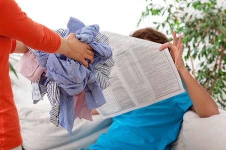 launder: Ama de casa requiere su marido vago para lavar Foto de archivo