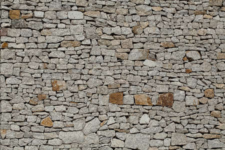 differently: A wall consisting of small differently shaped stones