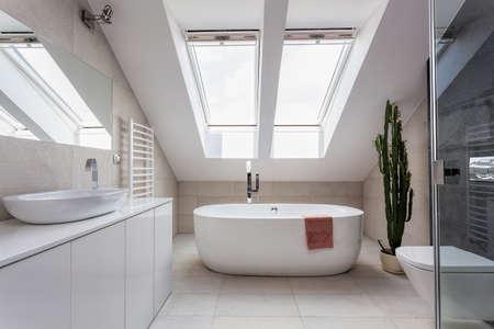 wc: Städtische Wohnung - weiß Badezimmer im Dachgeschoss