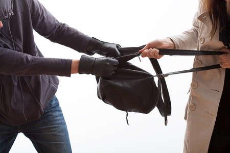 arracher: Voleur essayant d'arracher un sac � dos d'un jeune �tudiant