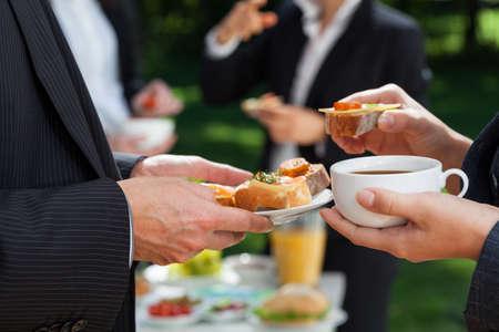 pause repas: Caf� et pause d�jeuner dans le jardin de bureau