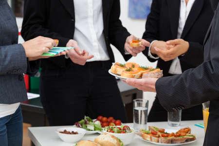 alimentacion sana: Gerentes reuni�n con comida saludable en la oficina Foto de archivo