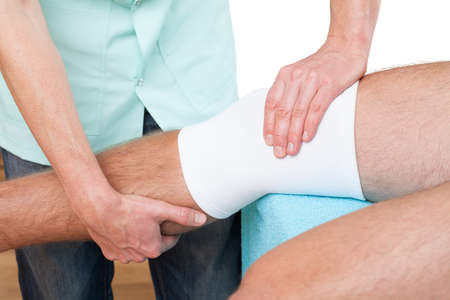 broken knee: Patient are on physiotherapy visit to check how his broken leg recovered Stock Photo