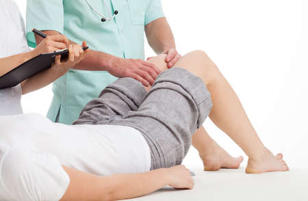 여자의 다리 연못의 질병을 진단하는 의사