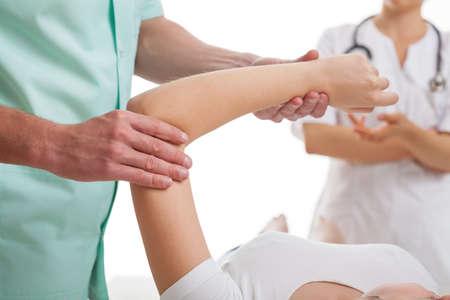 fisioterapia: Ortopedista y traumat�logo discutir los detalles de la cirug�a del brazo
