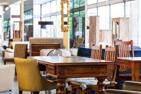 muebles de madera: Una antigua mesa con sillas diferentes