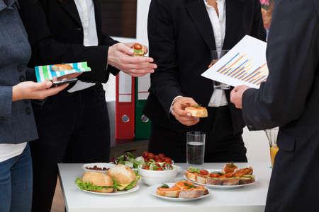 점심 시간 상담에 비즈니스 팀