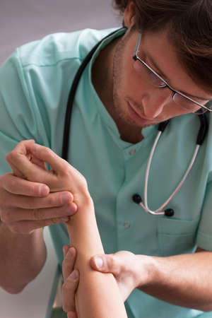 rash: Cambios pruebas d�rmicas dermat�logo en la mano de una ni�a peque�a