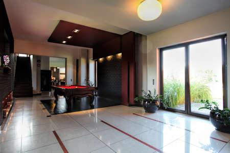 snooker room: Tavolo da biliardo in un corridoio della casa moderna Archivio Fotografico