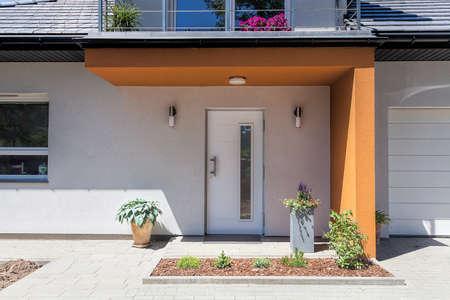 Espacio luminoso - una puerta de entrada con un techo de color naranja
