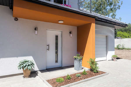balcony design: Bright space - a front door and a garage of a modern villa