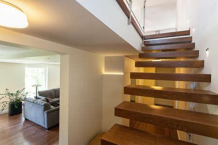 밝은 공간 - 우아한 저택의 계단 조명
