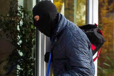 burglar protection: Burglar looking inside to somebody