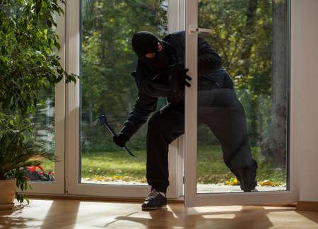 泥棒は家トラフ バルコニー ウィンドウに入力します。 写真素材