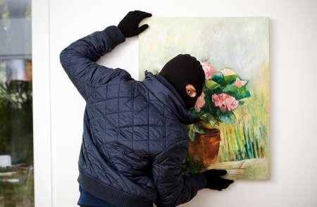 美術館から芸術の作品を盗む泥棒
