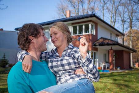 젊은 남자가 그의 아내와 함께 새 집으로 이동