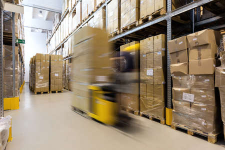 Heftruck operator bereiding van de producten voor verzending