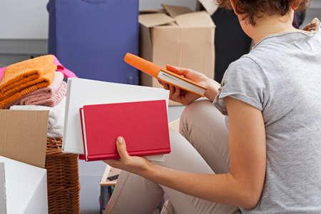 Jonge vrouw verhuizen naar nieuwe apartament Stockfoto - 24180031