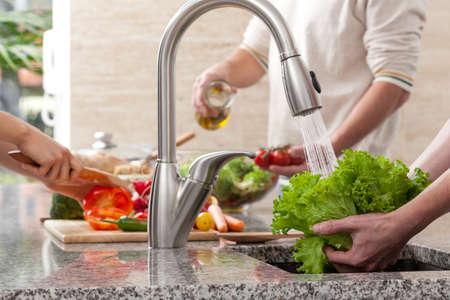lavandose las manos: La segregaci�n de funciones durante haciendo juntos la ensalada en la familia
