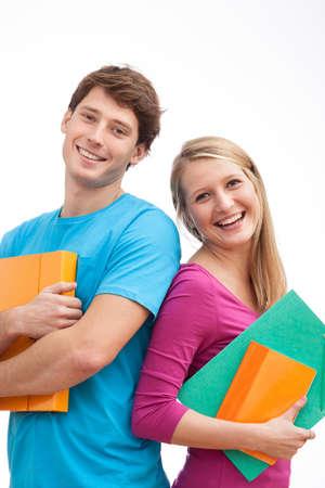 Счастливые свежие студенты университета держит файлы