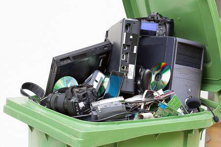 papelera de reciclaje: Desechados, usados ??y equipos inform�ticos de edad. Aislado en el fondo blanco