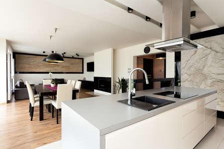 modern interieur: Stedelijke appartement - lichte woning interieur met zwarte toevoegingen