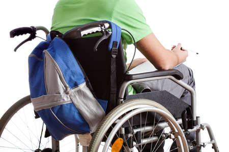 discapacidad: Estudiante en la silla de ruedas con mochila y port�til