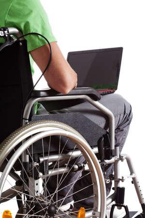 discapacidad: Estudiante que se sienta en una silla de ruedas con ordenador port�til Foto de archivo