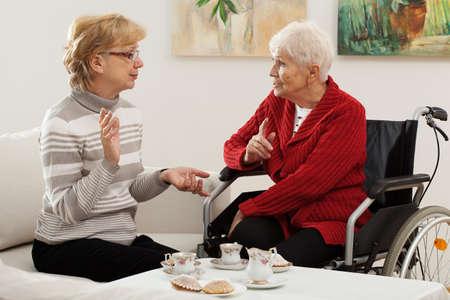 amigas conversando: Dos mujeres mayores que pasan buen tiempo juntos Foto de archivo