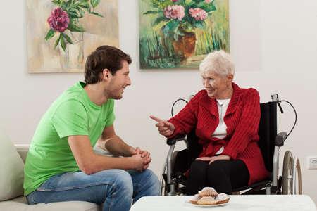 personne handicap�e: Elder personne handicap�e en fauteuil roulant a une visite de petit-fils