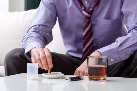 스텁 아웃 담배로 마약 남용 한 남자 스톡 콘텐츠